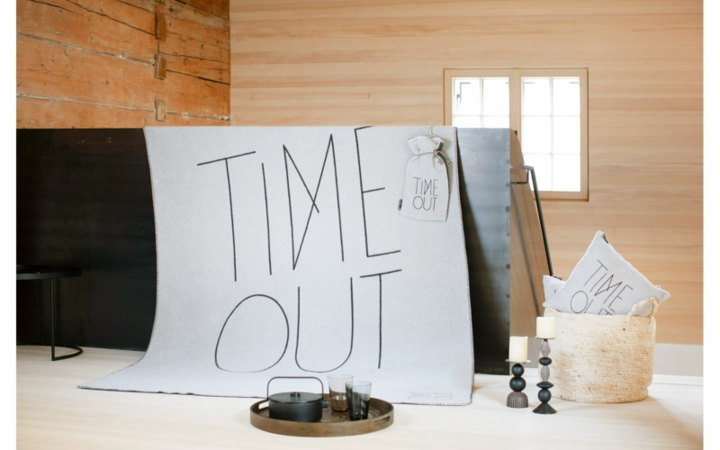 "SAVONA throw ""TIME OUT"""