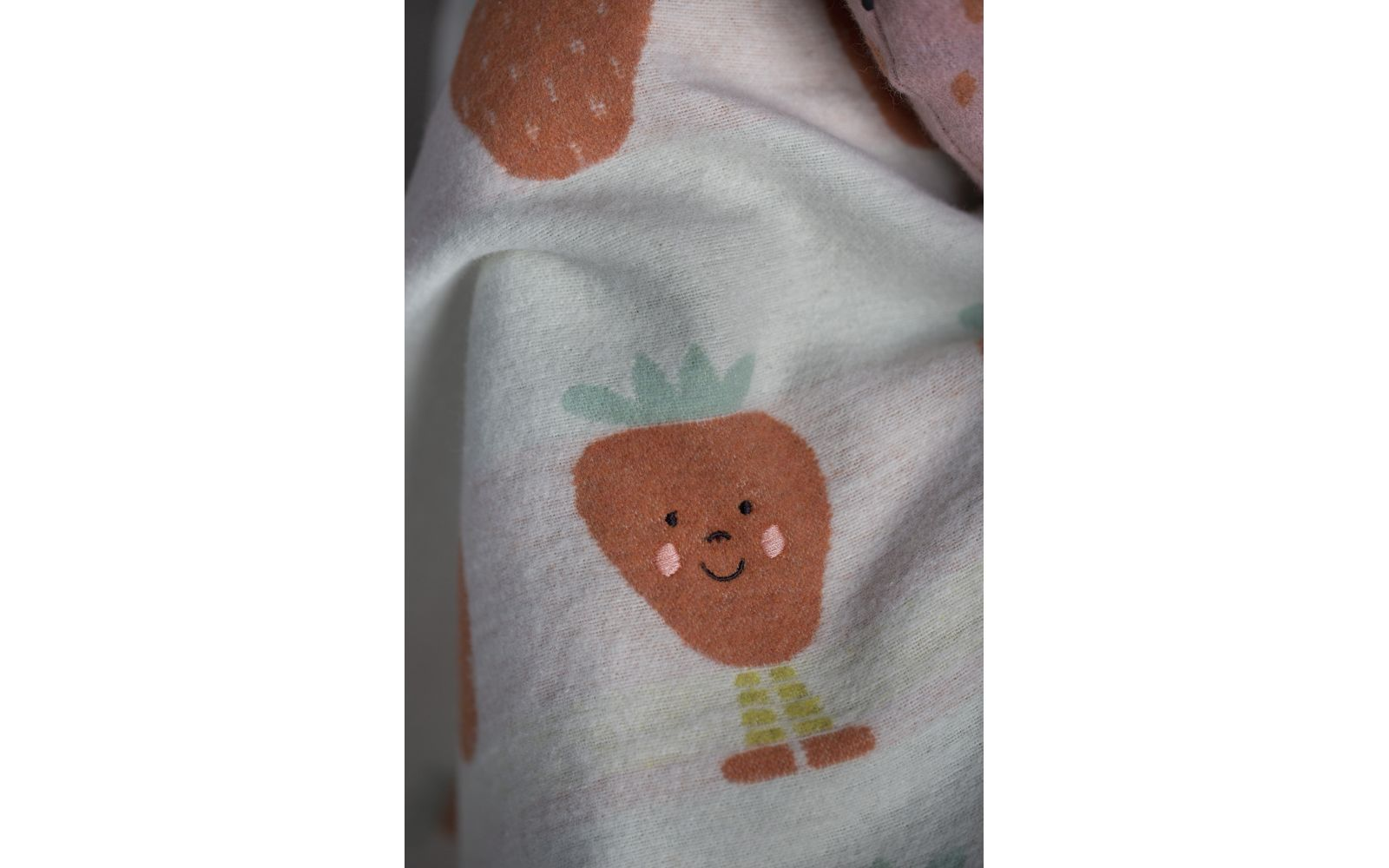 "JUWEL baby blanket ""strawberries allover"", embroidered"